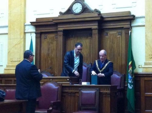 Derek O' Gorman makes presentation to the Lord Mayor